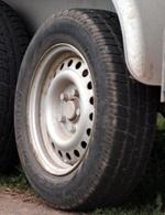 Reifen leiden unter langen Standzeiten und müssen auf poröse Stellen und Risse geprüft werden.